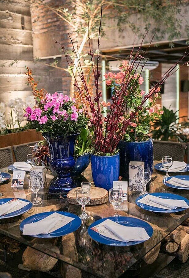 flower arrangements in blue vases for rustic wedding decoration Photo Constance Zahn