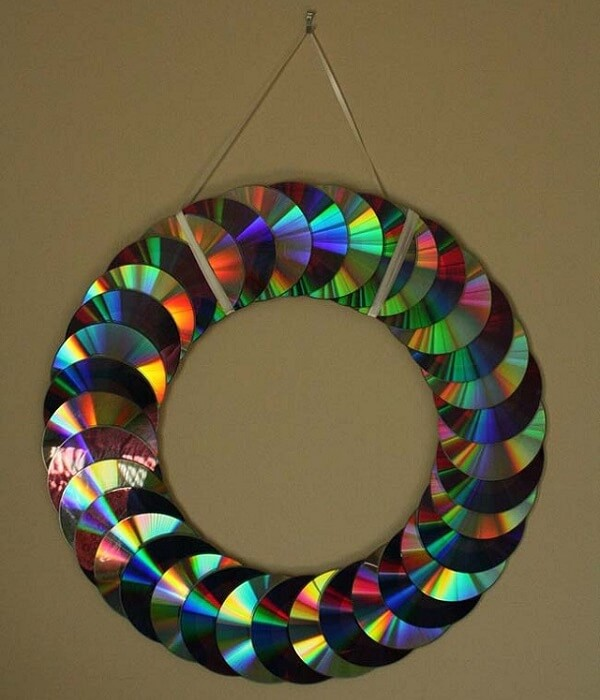 Guirlanda de natal feita por meio do artesanato com CD
