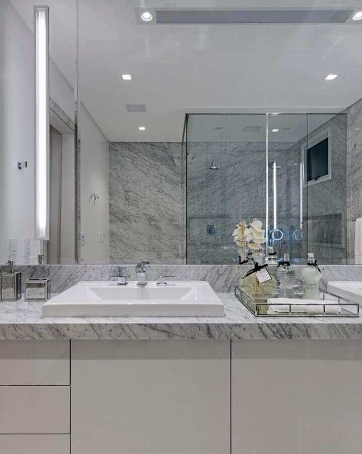 bancada de mármore para banheiro decorada com bandeja de prata Foto Studio Carina Fontes