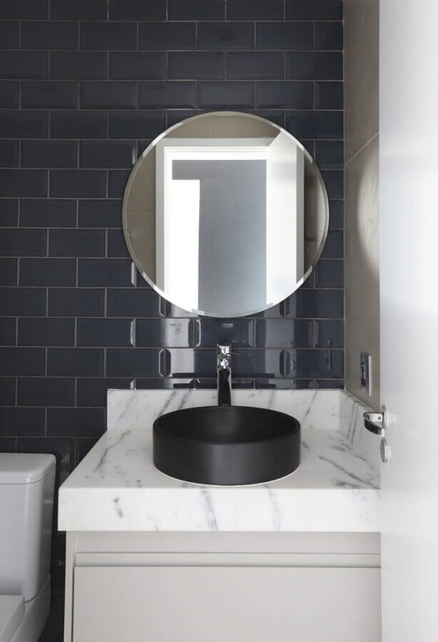 bancada de mármore para banheiro pequeno com cuba preta redonda Foto Juliana Pires Interiores