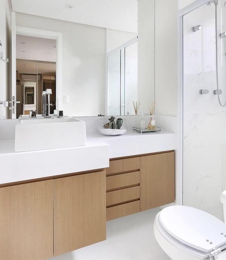bancada de porcelanato para banheiro com gabinete de madeira planejado Foto Webcomunica