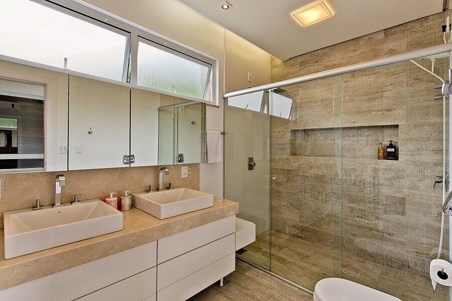bancada de porcelanato para banheiro moderno com paredes de cimento queimado e gabinete de madeira Foto Espaço do Traço
