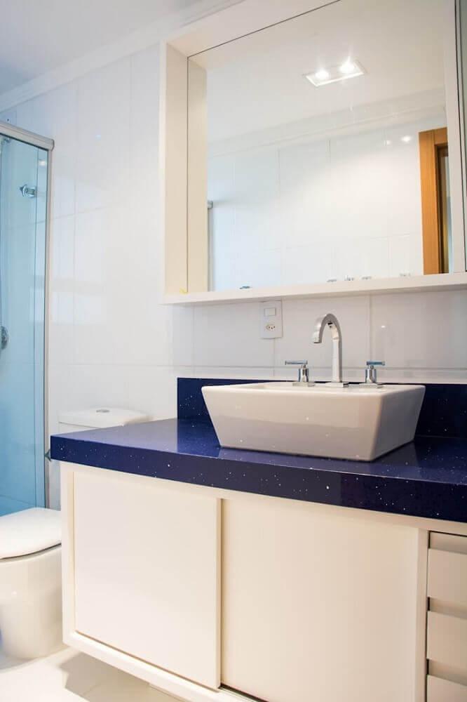 banheiro com bancada de silestone stellar azul