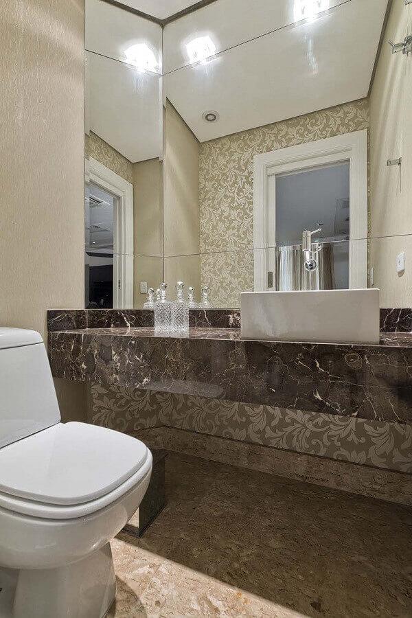 banheiro com espelho bisotê