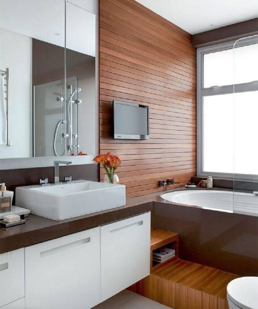 banheiro com silestone e parede revestida de madeira