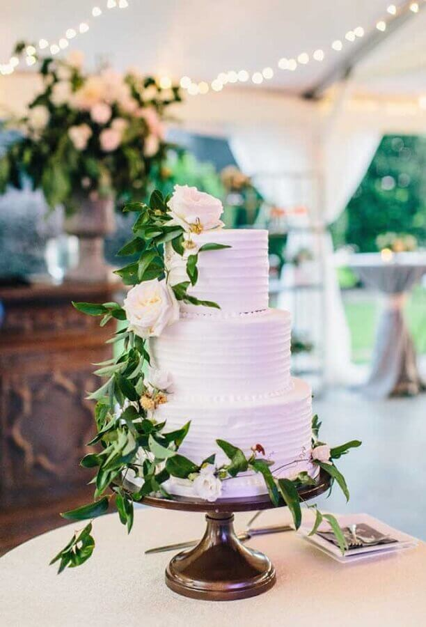 white cake with flowers for rustic wedding table decoration Foto Pinterest