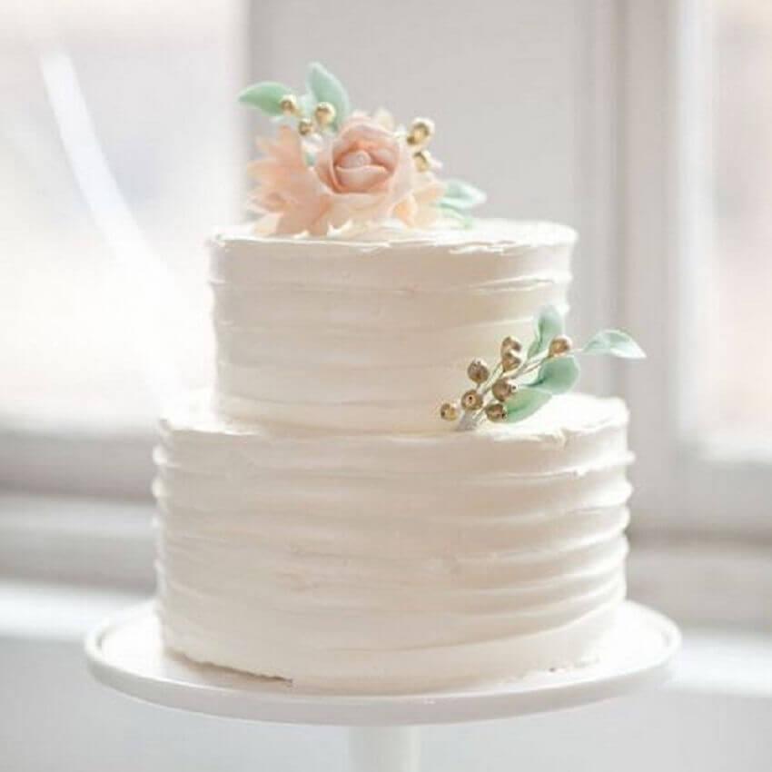 bolo de casamento 2 andares decorado com rosa