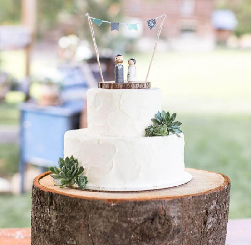 bolo de casamento branco com decoração simples com suculentas