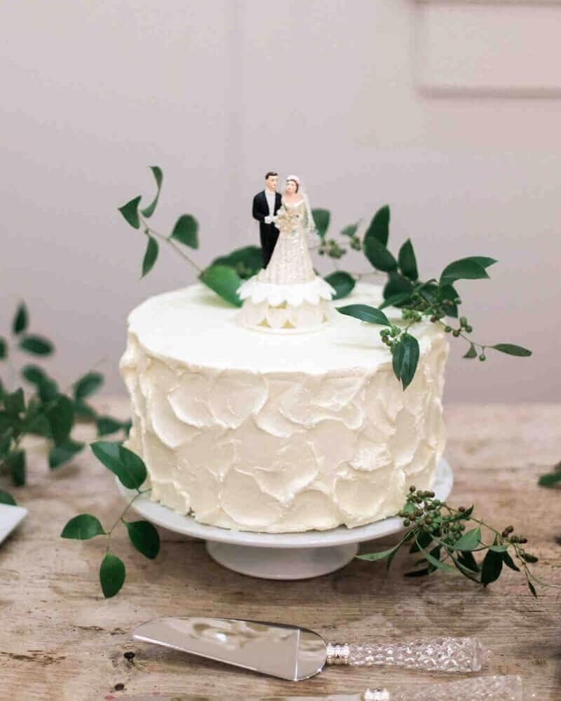 bolo de casamento branco com decoração simples