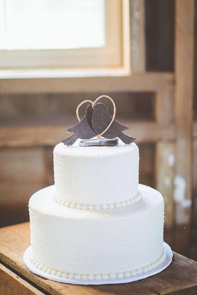 bolo de casamento branco com topo de passarinhos