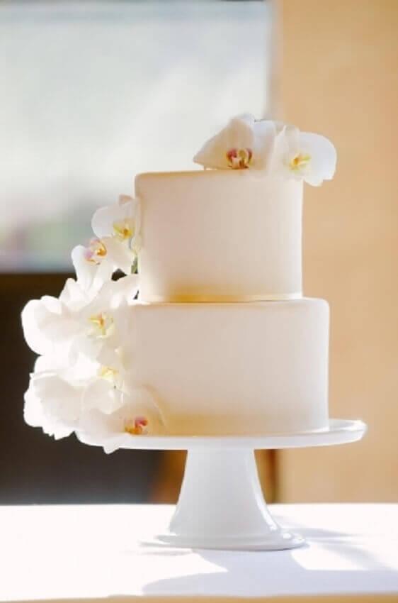 bolo de casamento simples com orquídeas brancas