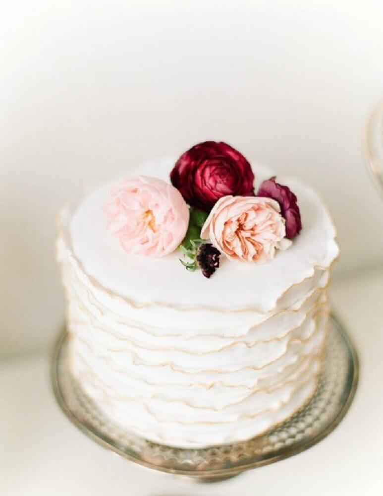bolo de casamento simples com rosas no topo