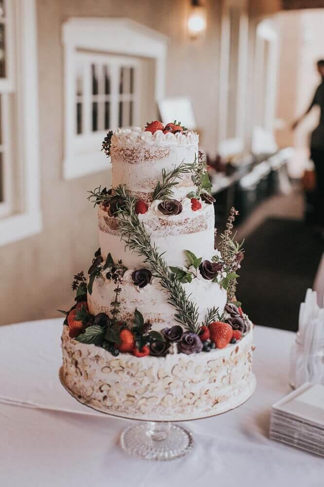bolo de casamento simples e rústico decorado com frutas e flores