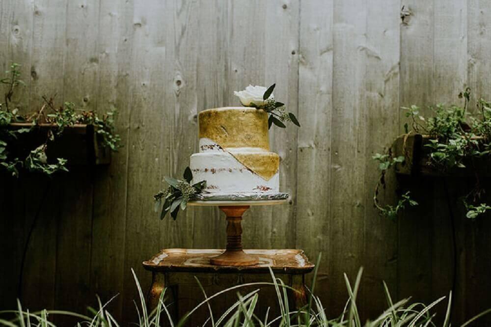 bolo de casamento simples e rústico decorado
