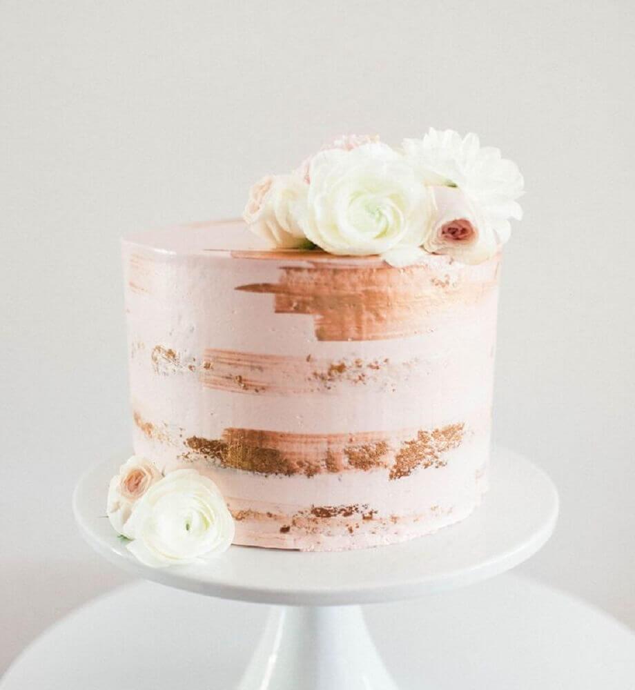 bolo simples de casamento com decoração rústica e rosas no topo