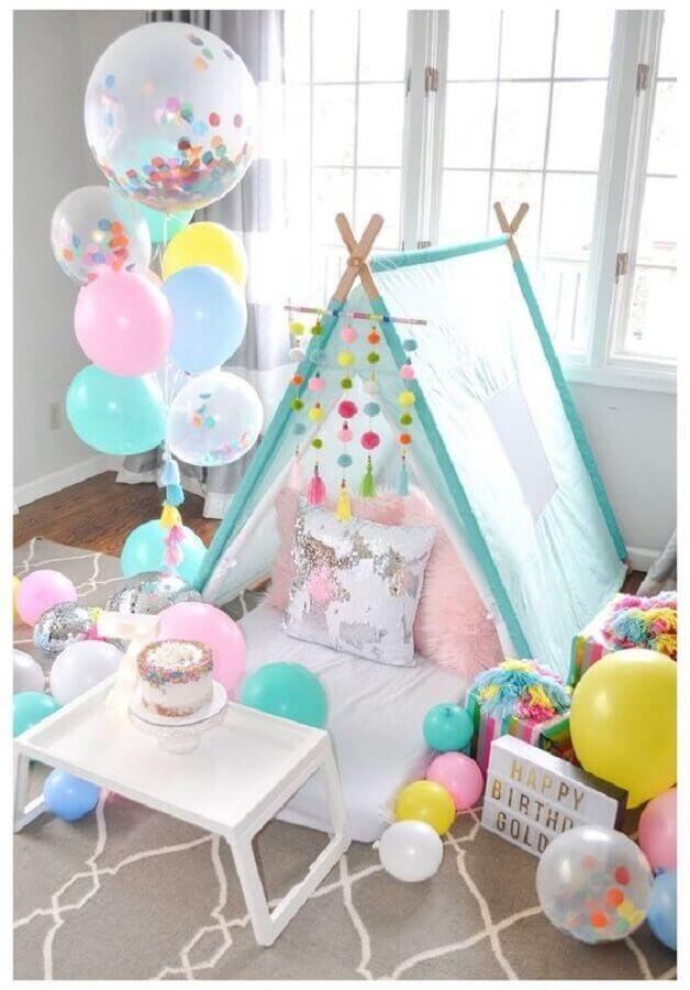 cabaninha e balões para decoração de festa do pijama Foto Pinterest