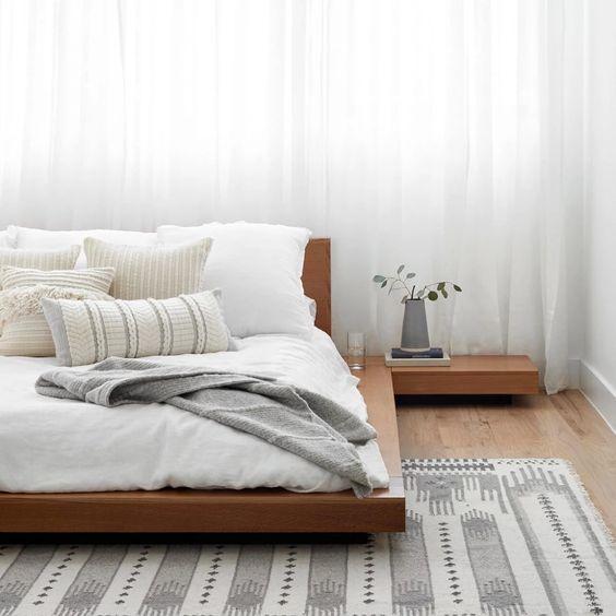 Cama japonesa com tapete cinza moderno