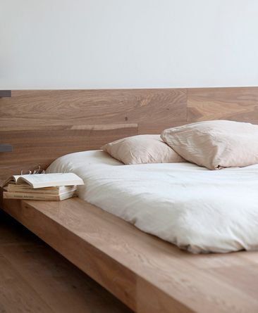 Cama japonesa com cabeceira de madeira