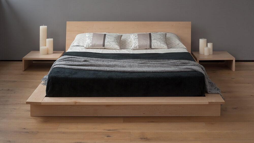 cama japonesa de madeira com criado mudo