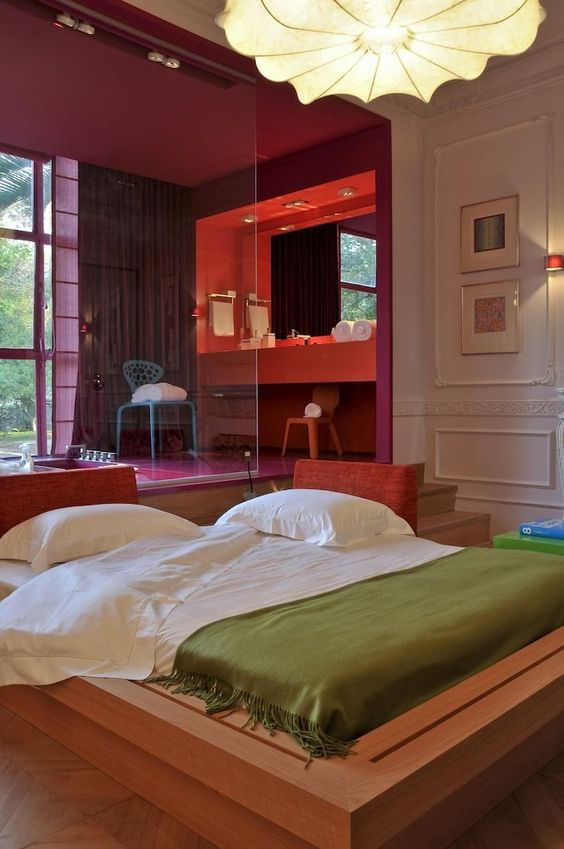 Cama japonesa no quarto colorido