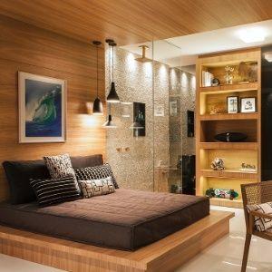 Cama japonesa no quarto de madeira