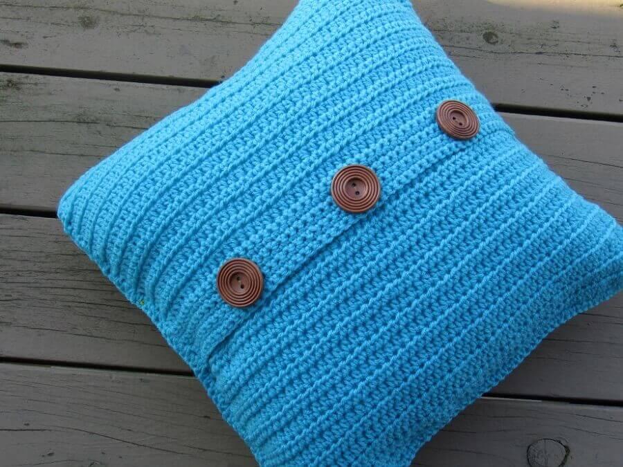 capa de almofada de crochê azul com botões