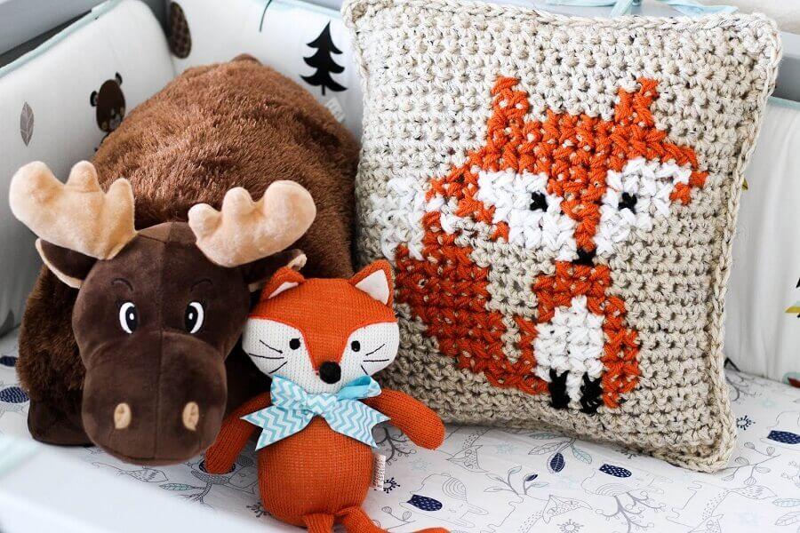 capa de almofada de crochê com desenho de raposa