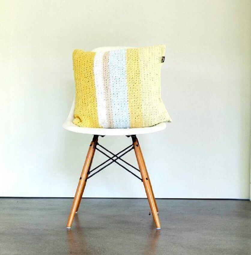 capa de almofada de crochê com listras amarelas
