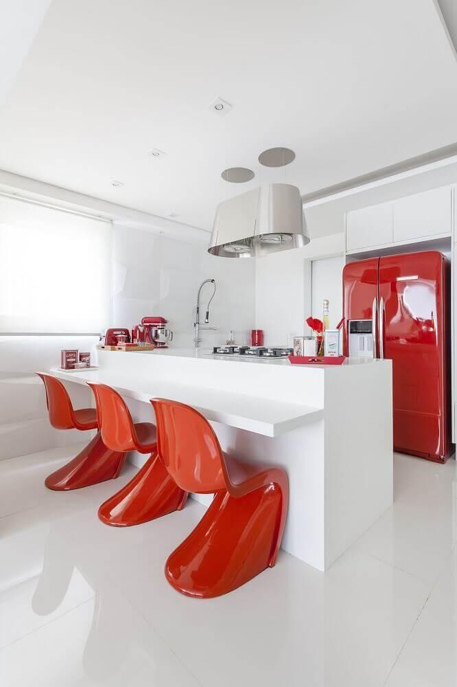 cozinha clean com silestone branco e banquetas vermelhas