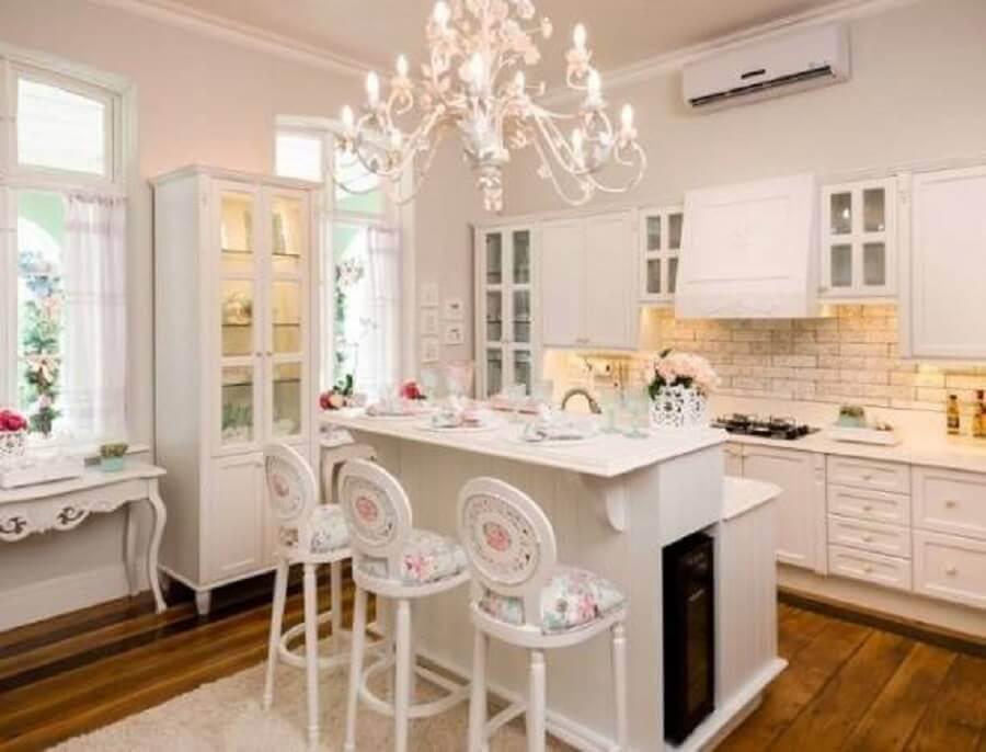 Cozinha provençal com decoração clean e lustre branco delicado
