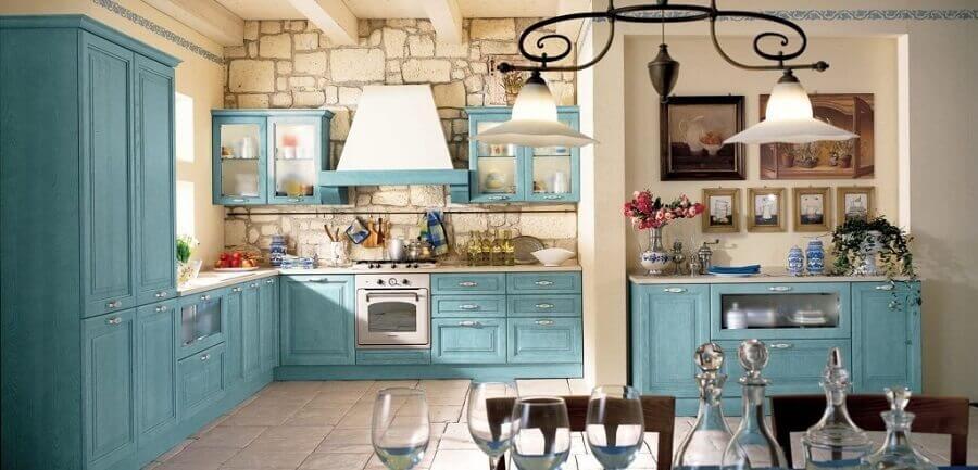 Cozinha Provençal com armários pintados de azul remete ao estilo romântico e campestre da Provença.