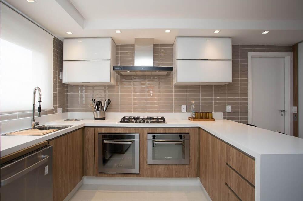 cozinha simples com bancada de silestone branco