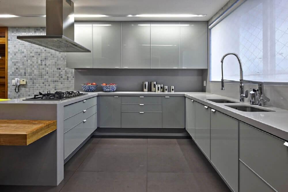 cozinha toda cinza com bancada de silestone