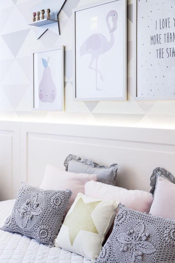 decoração clean com almofadas de crochê cinza