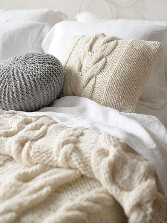 decoração clean com almofadas em crochê
