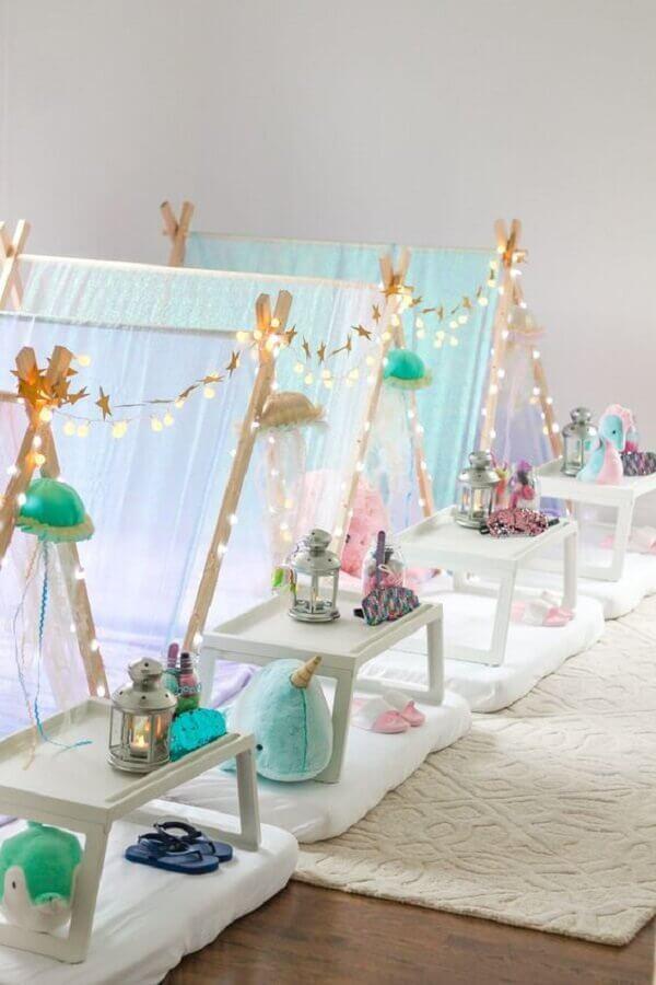 decoração clean com cabana para festa do pijama Foto Under The Teepee