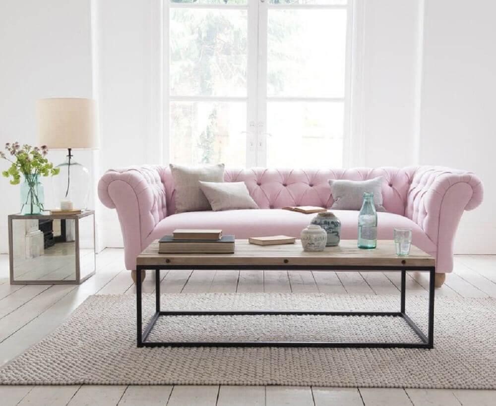 decoração clean com modelo de sofá capitonê rosa