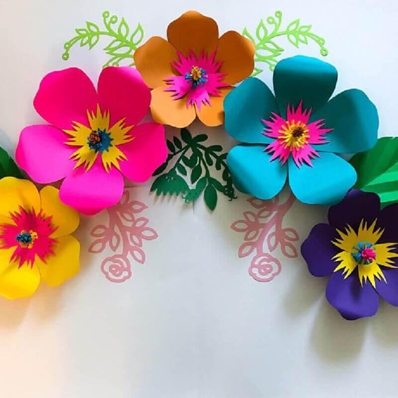 decoração colorida com maxi flor de papel