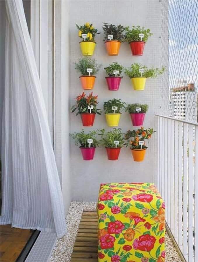 decoração colorida para varanda com horta vertical apartamento