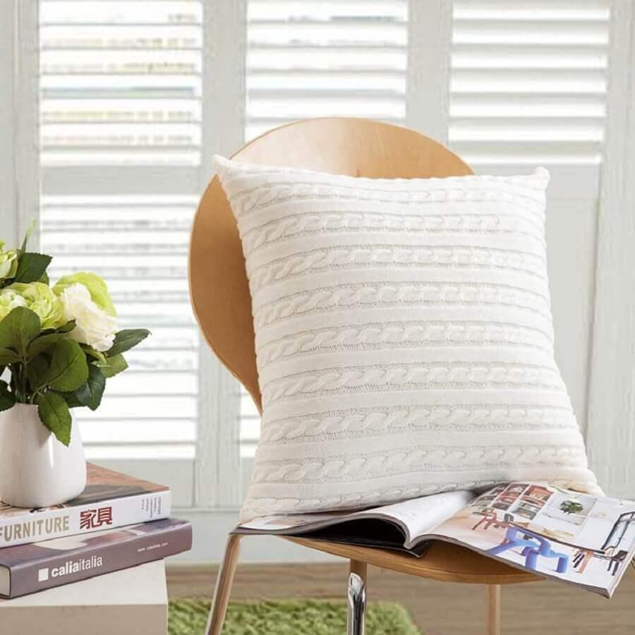 decoração com almofada de crochê bonita e neutra