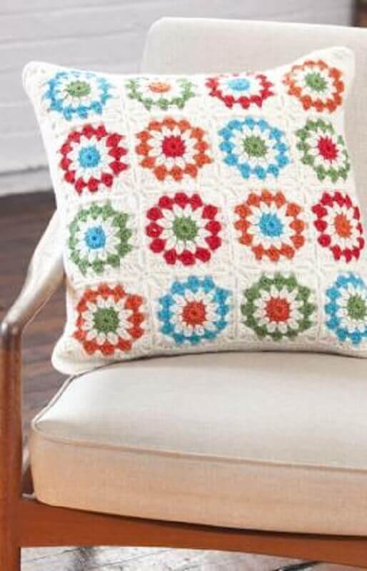 decoração com almofadas de crochê com flores