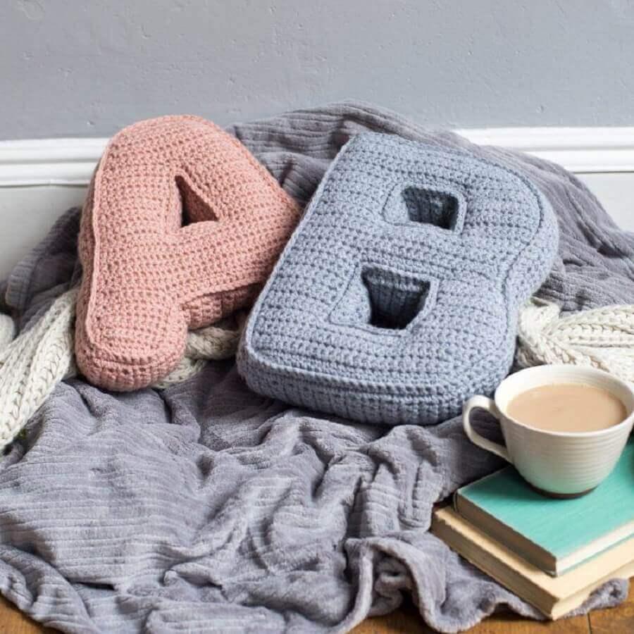 decoração com almofadas em crochê com formato de letras