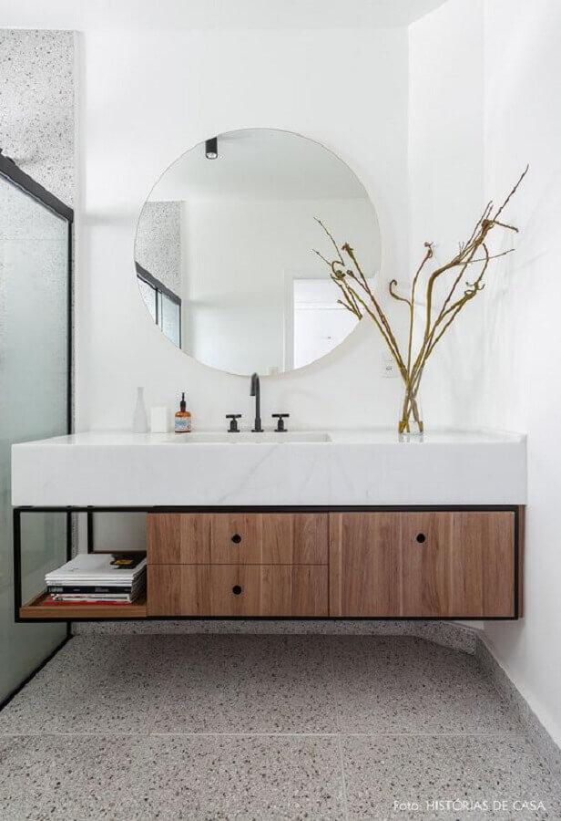 decoração com bancada de mármore para banheiro moderno com espelho redondo Foto Histórias de Casa