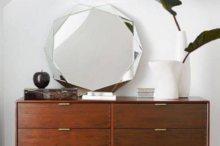decoração com espelho bisotado sobre comoda