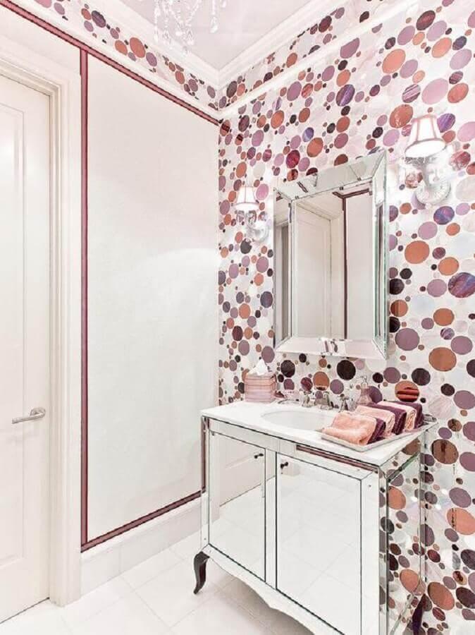 decoração com espelho bisotê para banheiro com papel de parede de bolinhas