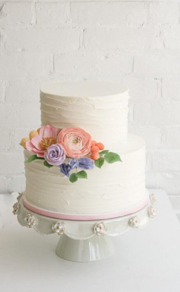 decoração com flores para bolo de casamento branco