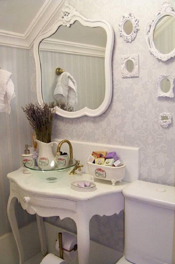decoração provençal com espelho clássico em banheiro