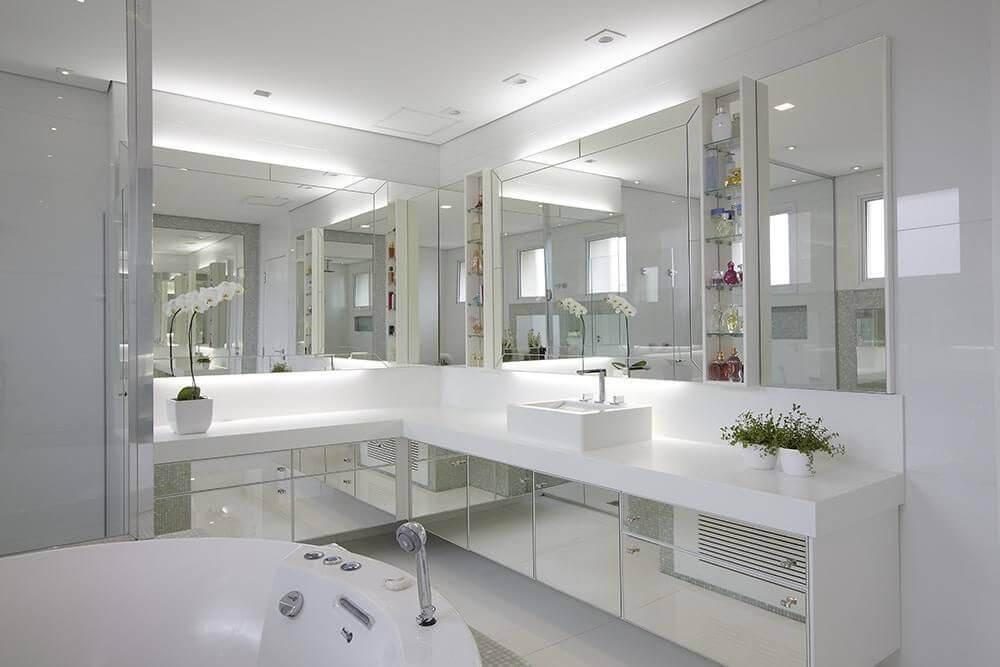 decoração de banheiro branco com silestone branco