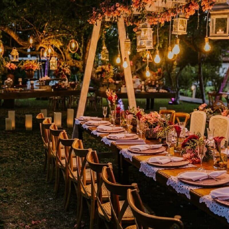 rustic outdoor wedding decoration at night Photo Paula Valentim