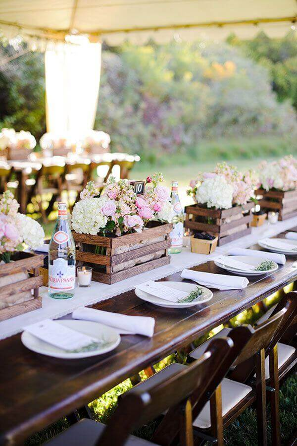 rustic wedding decoration with flower arrangements in wooden boxes Photo WeddBook